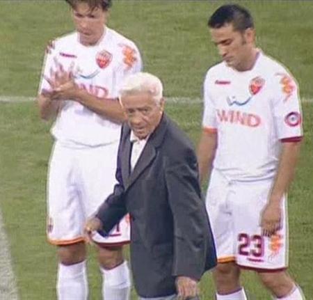 Ilie Savu dă lovitura de start a meciului cu Roma sub privirile lui Taddei şi Montella